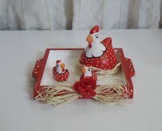 Um enfeite único e exclusivo para você decorar sua cozinha de maneira graciosa e encantadora!  Bandeja em mdf com alças pintada nas cores branca e vermelho com detalhes em poá. Envernizada. Medidas da bandeja: 2A x 17L x 17C Detalhe em laço de ráfia e rosa vermelha. Com família de galinhas em cerâmica, pintadas à mão. R$ 45,00