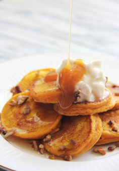 These Mini Pumpkin Pancake Kabobs are adorable - try making them with sweet potatoes, too!