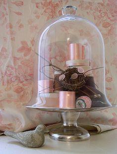 Cloche ideas at http://www.unamoscaenlaluna.com/2010/10/campanas-de-cristal.html  #outdoor #cloche #pink