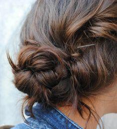 chignon flou avec tresses sur cheveux châtains fait avec élastique et bobby pins