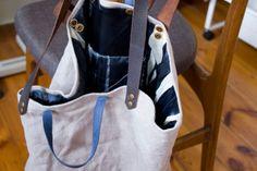 Torba z surowego lnu z nierównomiernie barwioną podszewką(granatowe i kremowe nacieki). Skórzane rączki dwóch długości.  #linenbag #summerbag #leather_textile
