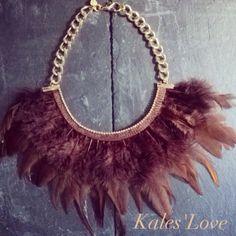 Collar plumas marrones con cadena de aluminio dorada y cadenita de strass como pequeño detalle