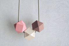 Hey, j'ai trouvé ce super article sur Etsy, chez http://www.etsy.com/fr/listing/150708535/geometric-necklace-wood-bead-rosewood