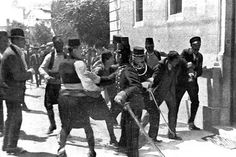 In Sarajevo was de strijd begonnen doordat Gravilo Princip Prins Ferdinand en zijn vrouw vermoordde. Oostenrijk-Hongaije werd daardoor boos en verklaarde de oorlog aan Servie. Toen werden er bondgenootschappen gemaakt omdat landen bang waren dat er een opstand zou komen in de Balkan, en dat er land verloren zou gaan. Daarna verklaarde Duitsland oorlog aan Rusland en Frankrijk en viel aan. En zo was de oorlog begonnen.