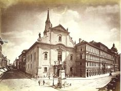 A Ferenciek tere 1880. A kép baloldalán a Hatvani (ma Kossuth Lajos) utca húzódik, amelyet az Erzsébet-híd építésekor szélesítettek mai méretére.