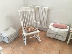 Sedia a Dondolo e vecchie valigie shabbate