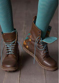 Schnürstiefel aus Nappaleder Unsere zeitlosen Schnürstiefel aus Nappaleder gehören schon lange zu den Favoriten unserer Kunden. Das schöne Blütenmuster und die farbenfrohen Schnürsenkel sorgen für gute Laune! Obermaterial Nappaleder mit Futter aus Leder, chromfrei gegerbt. Das Fußbett der herausnehmbaren Innensohle stützt Ferse und Fußgewölbe. Dicke Gummisohle. #naturmode #schuhe