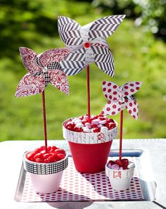 white and blue on skewers, stuck in glass baby food jars like the Easter topiary.Red, white and blue on skewers, stuck in glass baby food jars like the Easter topiary. Pinwheel Centerpiece, Pinwheel Decorations, Quince Decorations, Centerpiece Flowers, Centrepieces, Centerpiece Ideas, Table Decorations, Fete Emma, Diy Pinwheel