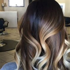 Balayage touch up, toning on wet hair! She recommends blending the lightener placement sweeping toward the base (completely subjective) Hair Color Dark, Brown Hair Colors, Dark Hair, Hair Inspo, Hair Inspiration, Inspo Cheveux, Brown Blonde Hair, Haircut And Color, Hair Day