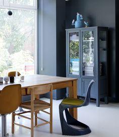 Skåpet är ett auktionsfynd, ommålat i samma gråskala som kök och vardagsrum. Ovanpå skåpet står en utsökt vas av Jaime Hayon för Lladró.