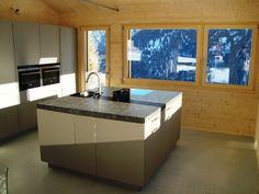 """Kochen mit Aussicht auf die verschneite Bergwelt. Ferienhaus """"Casa Survesta"""", Lumbrein, hier mieten"""