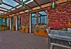 Egyedi modern fa bútorok, nyers, semleges falszínek és egy nagy terasz