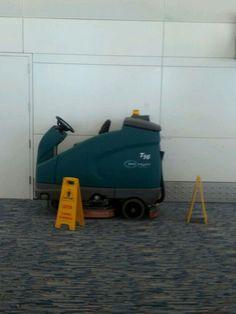 Fregadora Tennant T16 ecH2O en Aeropuerto de Dubai. Limpieza Sostenible: fregado sin químicos,  ahorro de agua y menos emisiones de CO2