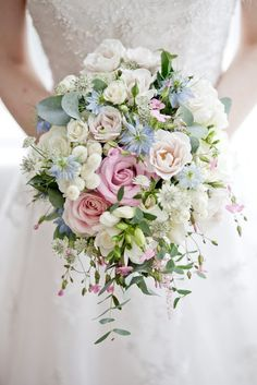 Such beautiful flowers will make every bride happy! This bouquet was styled with Sweet Avalanche and Avalanche flowers by Meijer Roses!