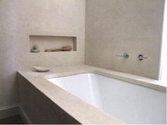 Bad en tegels in badkamer laten inpakken met betonstuc.. De perfecte renovatie tip!!