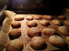 Deze koekjes zijn makkelijk…en erg lekker. Verder heb ik hier niks aan toe te voegen  100 gram kokosmeel 6 eieren 3 el kokosolie 1 el speculaaskruiden Kokosrasp (als topping) 2 el honing  Verwarm de oven voor op 180 graden.  Alle ingrediënten goed mengen, kneden met de handen en balletjes draaien. Vervolgens plat …