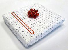 Une excellente idée pour incorporer la littératie et l'emballage des cadeaux.