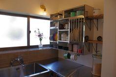 古くて新しくて、とびきり可愛い平屋。 - 物件ファン Kitchen Cabinets, Room Kitchen, Closet, House, Flat, Home Decor, Armoire, Bass, Decoration Home