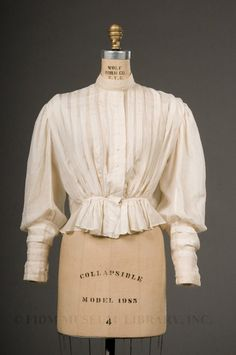This is a shirtwaist blouse. This is probably the most modern garment that I have seen throughout the centuries. I have a shirt like this that I would wear to an interview. The shirtwaist blouse has a collar, cuffs and buttons down the front. 1890s Fashion, Edwardian Fashion, Vintage Fashion, Edwardian Dress, Historical Costume, Historical Clothing, Triangle Shirtwaist Factory Fire, Mega Fashion, Vintage Outfits