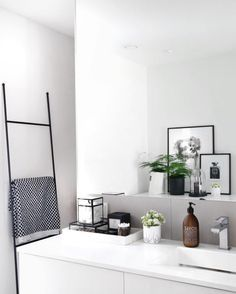 Modern Bathroom Have a nice week everyone! Today we bring you the topic: a modern bathroom. Do you know how to achieve the perfect bathroom decor? Bad Inspiration, Bathroom Inspiration, Interior Inspiration, Bathroom Ideas, Bathroom Designs, Bathroom Hacks, Bathroom Remodeling, Bathroom Interior, Home Interior