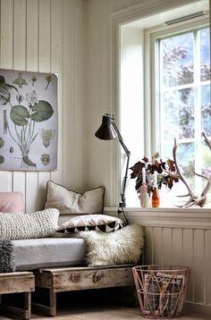 窓の近くにソファを並べて。 外の景色の変化に気づける、大切な空間。