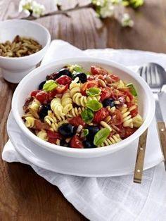 Einfach lecker! Pasta mit Kirschtomaten und Oliven. Und das Rezept lässt sich super einfach nachkochen.