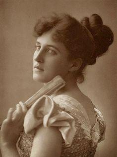 Victorian stage actress  Evelyn Millard