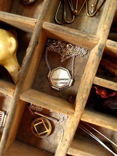 Collier manchette aux rayures obliques | Etsy Iris, Little Box, Etsy, Buttons, Stripes, Necklaces, Jewels, Irises