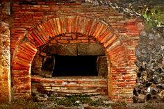 """D.Signers   ¿Qué pasó en Pompeya? 28.En la panadería de Podidio Prisco. El gran horno se situaba al centro del edificio donde se cocía el pan de diferentes formas. La venta se desarrollaba en el mismo lugar, por lo regular a los """"libali"""" o vendedores ambulantes. También se molía trigo por la mano de esclavos que operaban los molinos. (Ubicado en la zona VII)."""