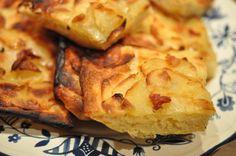 Jubii! Kan ikke få armene ned! Det lykkedes! Det lykkedes mig at bage et lækkert brød med sprøde kartoffelskiver. Et brød der hverken skal æltes eller trilles! Et brød der derfor er nemt og overskueligt at bage, selv på en hverdags
