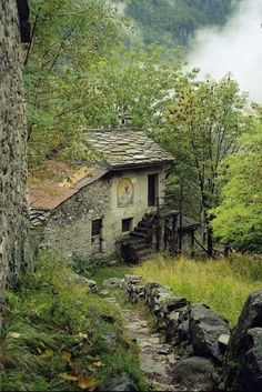 This abandoned house stirs something in me. I get this eerie feeling when i look at it. Abandoned Buildings, Abandoned Mansions, Old Buildings, Abandoned Places, Beautiful Buildings, Beautiful Places, Old Barns, Haunted Places, Belle Photo