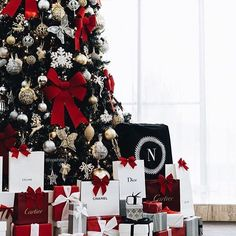 12 Elegant Christmas Tree Ideas If you are looking to get creative this Christmas there are endless ideas for decorating. Elegant Christmas Trees, Christmas Mood, Little Christmas, All Things Christmas, Christmas Tree Decorations, Christmas Wreaths, Xmas, Holiday Decor, Christmas Tree Tumblr