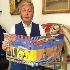 "Sir Paul McCartney with his new album ""Egypt Station"", 2018 My Love Paul Mccartney, Linda Mccartney, Les Beatles, John Lennon Beatles, Keith Richards, Ringo Starr, Photograph Video, Photo Souvenir, Beatles Photos"