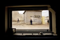 :: Iraq Perspective - Benjamin Lowy (Iraq through the widow of an armored vehicle) ::