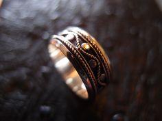 $110バリの古典的なデザインとタナロット寺院を守る蛇をモチーフとしたシンプルなデザインの銀無垢リング。  Solid silver ring of a simple design with a snake motif to protect the design and Tanah Lot Bali's classic