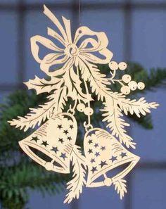 """Filigranes Fensterbild zum Aufhängen am Fenster. Handgefertigte Fensterdeko aus Pappelsperrholz mit Weihnachtsmotiv """"Glocken"""". Leicht anzubringen, Höhe 18,5 cm."""