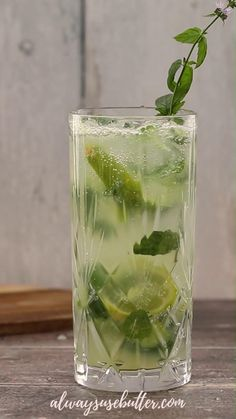 Rum Cocktails, Mocktail Drinks, Drink Recipes Nonalcoholic, Alcohol Drink Recipes, Non Alcoholic Mojito, Mojito Drink, Mint Mojito, Non Alcoholic Drinks With Mint, Easy Mocktail Recipes