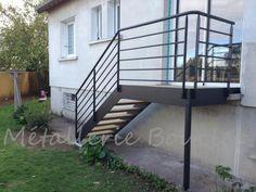 Votre jardin à portée de main : escalier extérieur avec pallier acier thermolaquée et marches en bois - Fabrication dans notre atelier