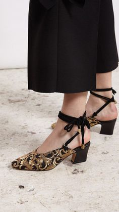 26 Classic Street Style Shoes For You This Winter – Shoes Market Experts - Schuhe Pretty Shoes, Beautiful Shoes, Black And Gold Shoes, Moda Nike, Street Style Shoes, Pumps, New Shoes, Flat Shoes, Women's Shoes