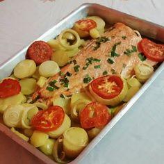 Aprenda a preparar a receita de Salmão no forno Fish Recipes, New Recipes, Cooking Recipes, Portuguese Recipes, Food Goals, Heart Healthy Recipes, Diy Food, Love Food, Food Porn