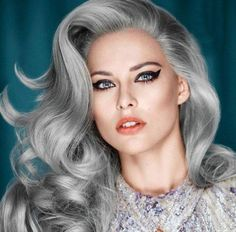 Una de las tendencias de cabello más peculiares de la primavera/verano 2015 es llevar el cabello gris. El pelo gris se lleva con diferentes técnicas o con matices de color pastel…. ¡Descubre la tendencia más moderna de la temporada!