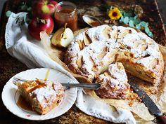 Gâteau aux pommes et caramel salé http://fr.chatelaine.com/cuisine/gateau-aux-pommes-sauce-au-caramel-sale/
