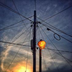 sarafa / #20140108 #iphone5s #seoul #sky #light #sunset #pole #wires #서울 #해방촌 #하늘 #전선 #전봇대 #가로등 #노을 #snapseed / 서울 용산 용산 / #골목 #설비 #하늘 / 2014 01 08 /