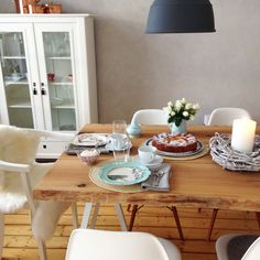 Meine Wohnung in Gütersloh | COUCH – DAS ERSTE WOHN & FASHION MAGAZIN, wunderschöner Tisch, Deko blau