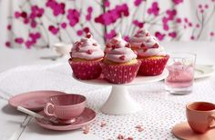 Muffins med rosa frosting Mini Cupcakes, Frosting, Muffins, Baking, Desserts, Food, Tailgate Desserts, Muffin, Deserts