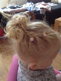 Feestelijk meisjes kapsel Little Girl Hairdos, Dance Hairstyles, Flower Girl Hairstyles, Trendy Hairstyles, Wedding Hairstyles, Side Braid Ponytail, Girl Hair Dos, Toddler Hair, Bridesmaid Hair