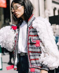 De cómo vivir la Alta Costura de París sin estar en la Ciudad de la Luz. Esto es #StreetStyle  (Fotografía: @collagevintage2)  via VOGUE SPAIN MAGAZINE OFFICIAL INSTAGRAM - Fashion Campaigns  Haute Couture  Advertising  Editorial Photography  Magazine Cover Designs  Supermodels  Runway Models