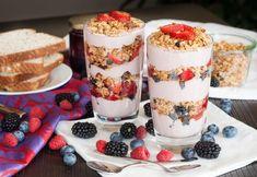 Berry Parfaits w/ Strawberry Cream. Quick and Easy Vegan Berry Parfaits with Fresh Strawberry Cream Fruit Parfait, Yogurt Parfait, Fresco, Raw Food Recipes, Healthy Recipes, Vegan Food, Yummy Treats, Yummy Food, Food Crush