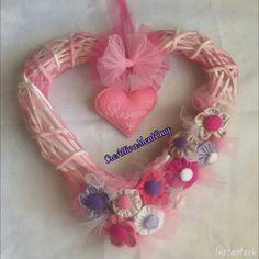 """""""Cuore nascita"""" cuore di vimini,ciuffetti di tulle fucsia,rosa e bianco, fiori in pannolenci tinta unita e fantasia, cuore di pannolenci con nome ricamato fiocchi di tulle fucsia e rosa"""