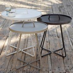 On The Move on monikäyttöinen pikkupöytä niin sisä- kuin ulkokäyttöönkin. Kevyttä pöytää on helppo siirrellä kantokahvasta ja pöytätasoa voi käyttää myös erillisenä tarjottimena.